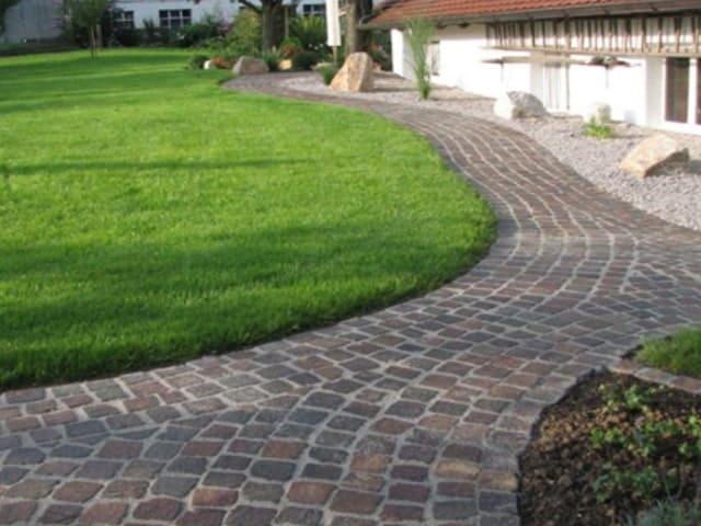 Gartenweg pflastern Stein rot