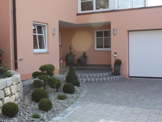Hauseingang Podest mit Großstein
