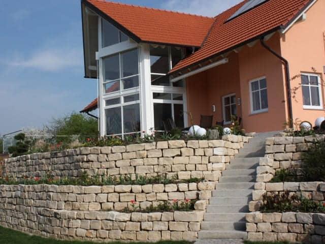 Natursteinmauer Jura mit Treppe